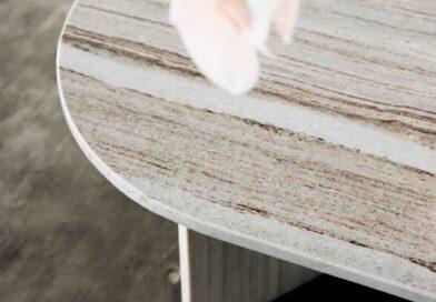 złote i srebrne stoliki kawowe z marmuru